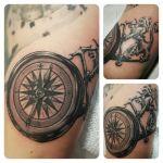 Black and Grey Tattoo von Xavielle Kompass und Löwe