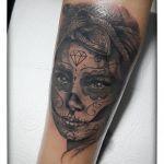 Black and Grey Tattoo von Xavielle La Catrina mit Bandana