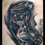 Black and Grey Tattoo von Xavielle Sanduhr auf Rippe