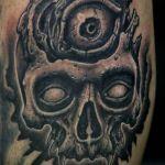 Black and Grey Tattoo von Xavielle Skull mit drittem Auge