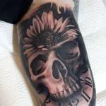 Black and Grey Tattoo von Xavielle Skull mit Sonnenblume und Uhr