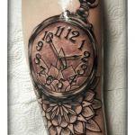 Black and Grey Tattoo von Xavielle Taschenuhr und Mandala
