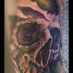 Black und Grey Tattoo von Xavielle Skull mit grünem Hintergrund