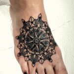 Blackwork Tattoo von Xavielle Mandala mit Kompass