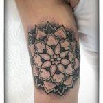 Dotwork Tattoo von Xavielle Mandala im Innenoberarm
