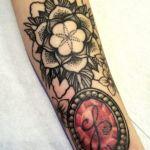 Dotwork-Tattoo von Xavielle mit rotfarbigem Schmuckstein