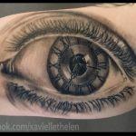 Realistisches Tattoo von Xavielle Auge mit 3 Uhrzeigern